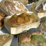 Pan de albaricoque cocido en molde de cocción de madera