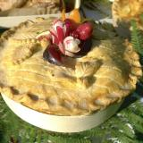 Torta de pollo en molde de cocción de madera pegado