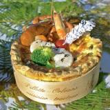 Torta de mariscos cocida en un círculo de madera pegado