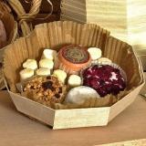 Barqueta de madera octogonal con surtido de pequeños quesos