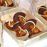 Delicioso postre de chocolate con nueces en barqueta de madera