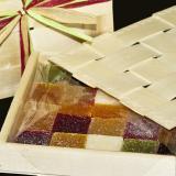 Caja de pasta de frutas con tapadera y rafia