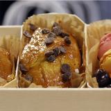 Trío de pasteles, bombones y macarrones en una caja de dulces