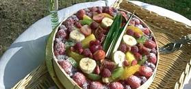 Tarta de frutos rojos cocida y presentada en círculo de madera para tarta
